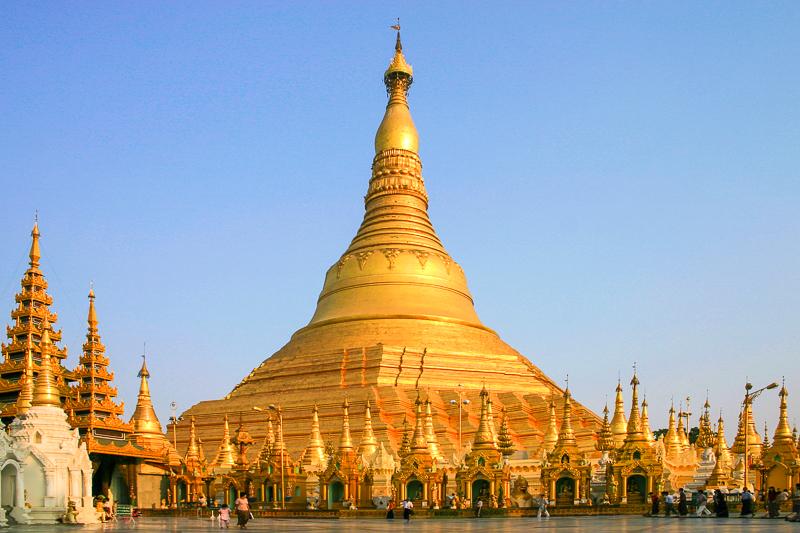 Die Shwedagon Pagode im Süden von Myanmar in der Stadt Yangon ist das wichtigste Heiligtum und religiöse Zentrum des Landes